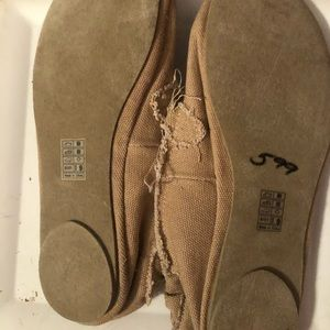 Blowfish Size 9, tan flats